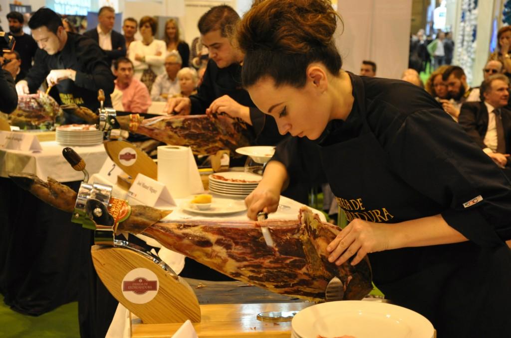 Durante el concurso de cortadores de jamón